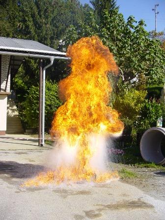 Slika 4: Primer nepravilnega gašenja – vlivanje vode na goreče olje ali mas